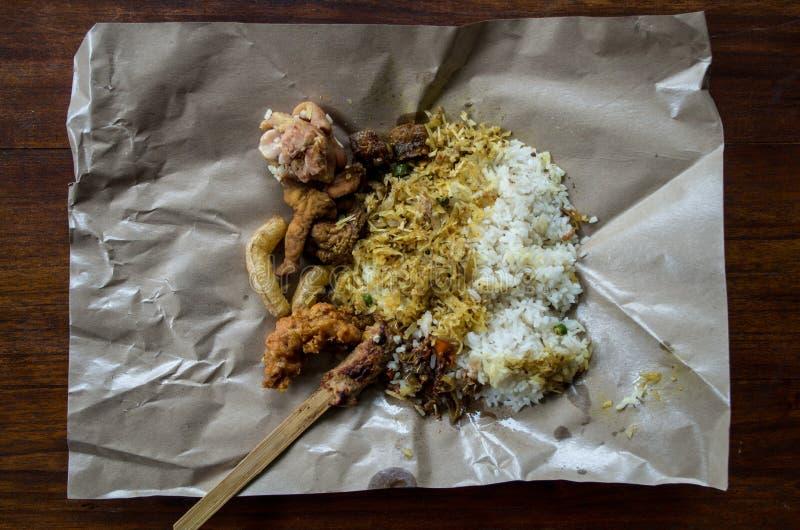 LAWAR - Balijczyka naczynie tworzący od mikstury warzywa, koks i mięso mieszający na papierze, fotografia stock