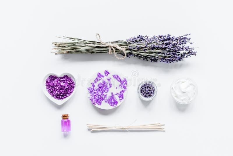 Lawenda kwitnie w organicznie kosmetycznym ustawiającym na białym tło wierzchołku fotografia royalty free