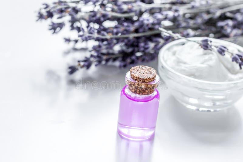 Lawenda kwitnie w organicznie kosmetycznym ustawiającym na białym tło zdroju zdjęcia stock