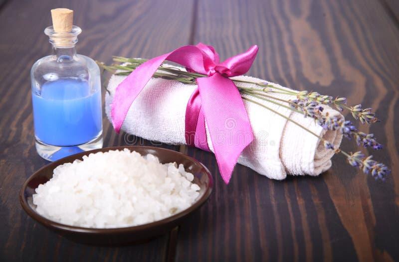 Lawenda, sól na drewnianym stole, higien rzeczy dla skąpania i zdrój, obraz stock