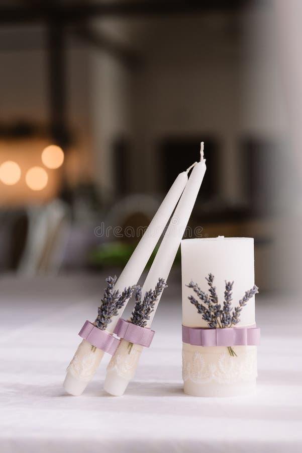 Lawendowe ślubne świeczki obraz stock