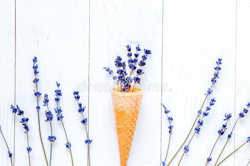 Lawendowi kwiaty z gofrem konusują mockup na białym biurka backgroun zdjęcie royalty free