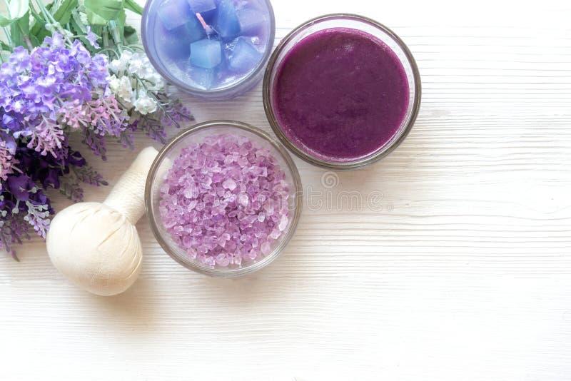Lawendowy aromatherapy zdrój z rockowym zdrojem i świeczką Tajlandzki zdrój relaksuje traktowania i masuje białego tło obraz stock