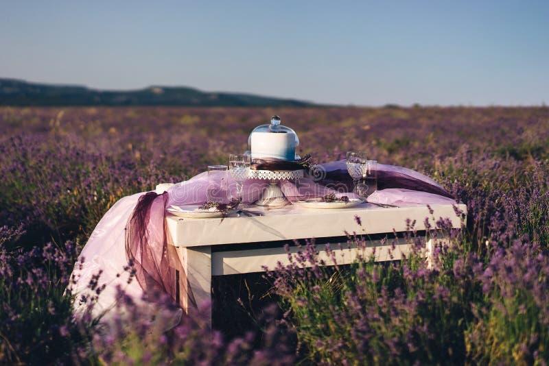 Lawendowy bukietów, torta i ślubu pojęcie, obrazy stock