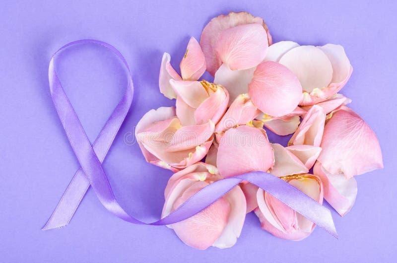 Lawendowy koloru faborek, symbolizuje świadomość dla wszystkie nowotworów, Luty 4th, światowy nowotworu dzień zdjęcie royalty free