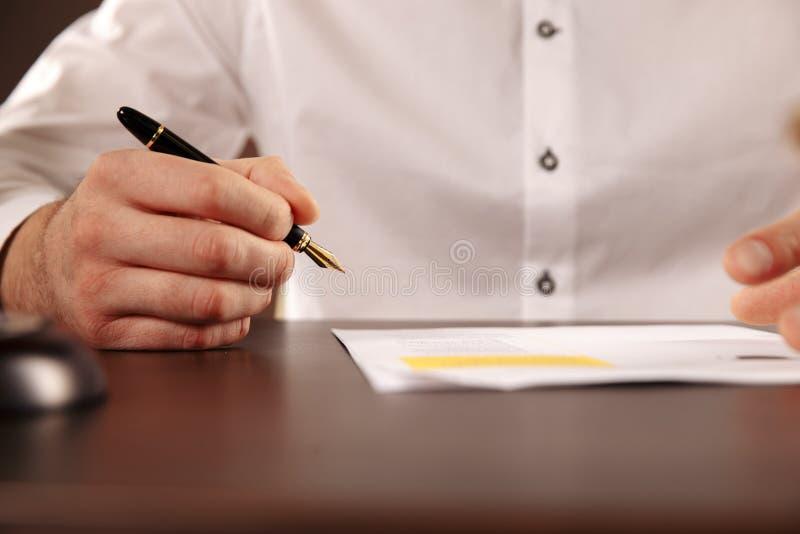 Lawer dell'uomo che lavora con le carte del contratto Concetto dell'avvocato fotografia stock