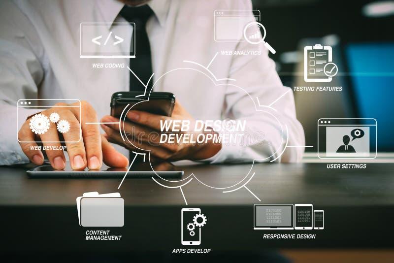lawer que trabaja con el teléfono elegante y la tableta digital en el MES fotografía de archivo libre de regalías