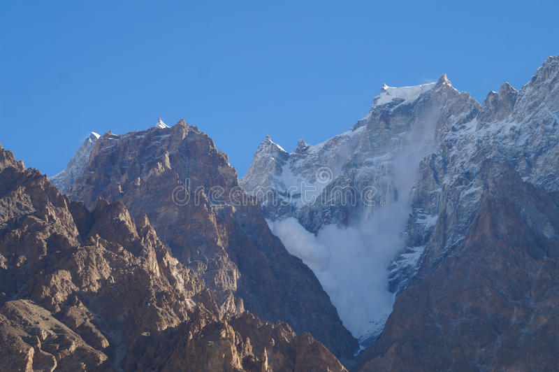 Lawine am Berg nahe Passu, Nord-Pakistan lizenzfreie stockbilder