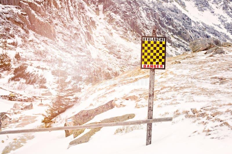 Lawineteken in de winterbergen met sneeuw royalty-vrije stock afbeeldingen