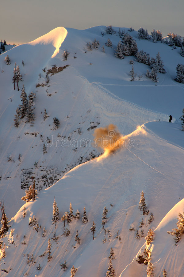 lawinowa patrol na nartach eksplozji obrazy royalty free