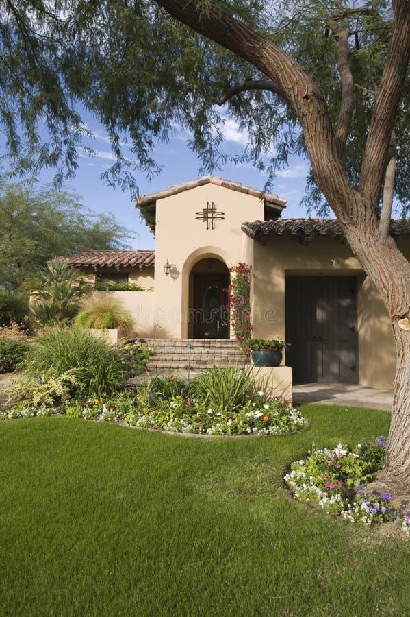 Lawned-Garten gegen Haus stockfoto