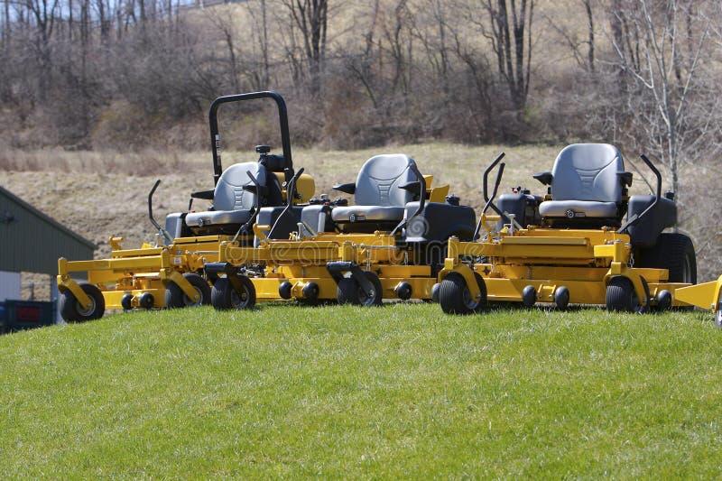 lawngräsklippningsmaskiner royaltyfri fotografi