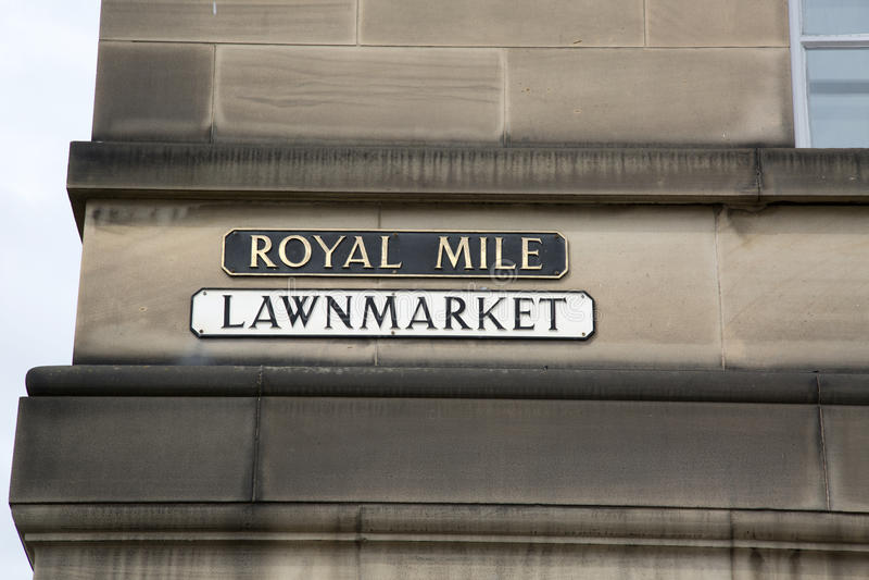Lawnmarket - kungligt milgatatecken; Edinburg royaltyfri bild