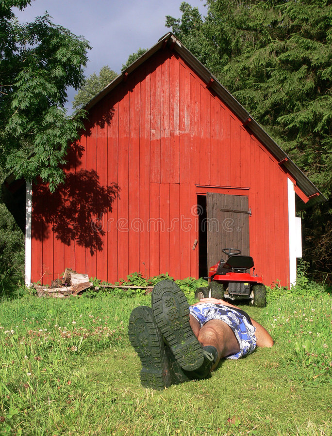 Lawnmowing e distendersi fotografie stock libere da diritti