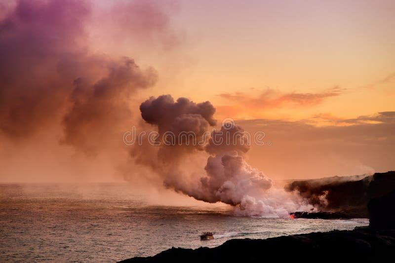 Lawowy dolewanie w ocean tworzy ogromnego jadowitego pióropusz dym przy Hawaje ` s Kilauea wulkanem, Duża wyspa Hawaje obraz stock