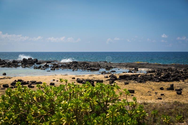 Lawy skała i piasek plaża, Koniec Hawaje obrazy stock