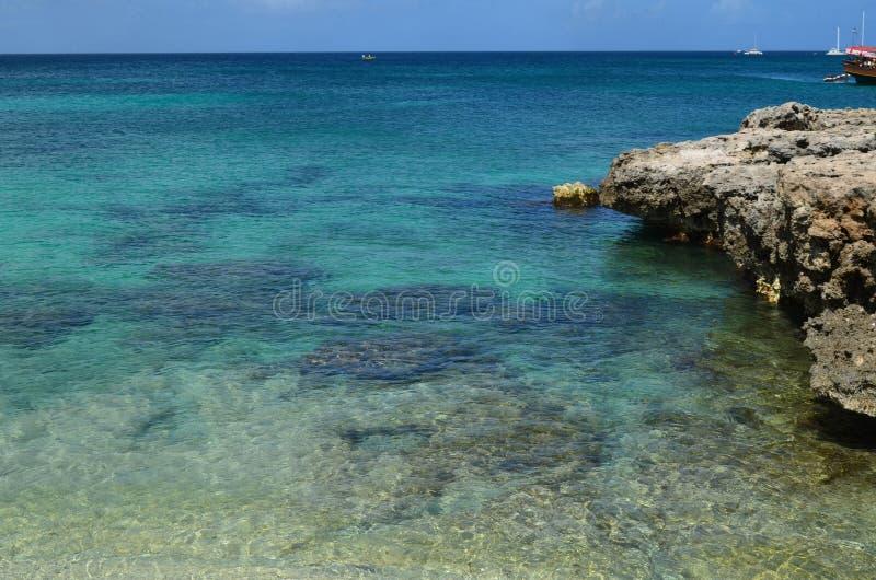 Lawy skała Tworzy rafy Wzdłuż linii brzegowej Aruba obrazy royalty free