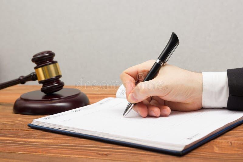 Lawyew działanie Notariusza społeczeństwa podpisywania dokument przy jego miejscem pracy zdjęcie royalty free