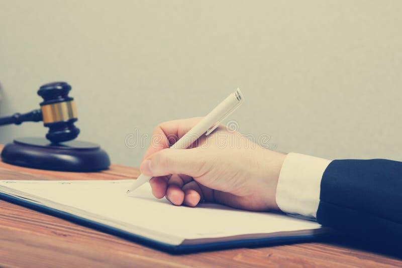 Lawyew działanie Notariusza społeczeństwa podpisywania dokument przy jego miejscem pracy fotografia stock
