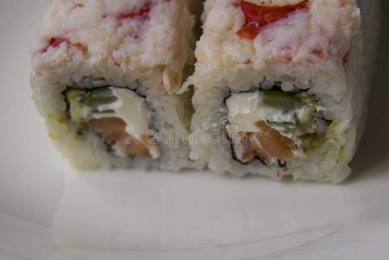Lax-, avokado- och ostrullar med krabban royaltyfri foto