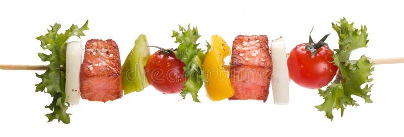 Lax med grönsaker på en steknål arkivfoto