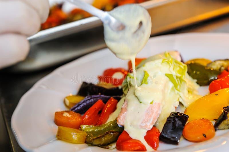 Lax med grillade grönsaker royaltyfria bilder