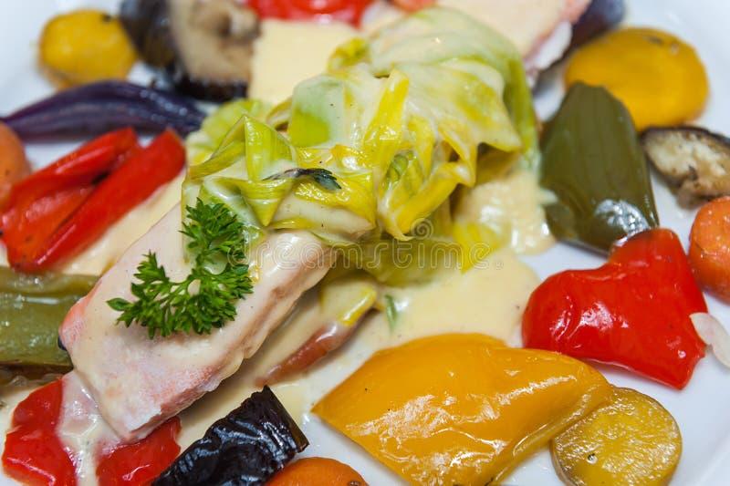 Lax med grillade grönsaker royaltyfri foto