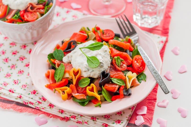Lax och hjärta formad pastasallad med den krämiga dressingen royaltyfri bild