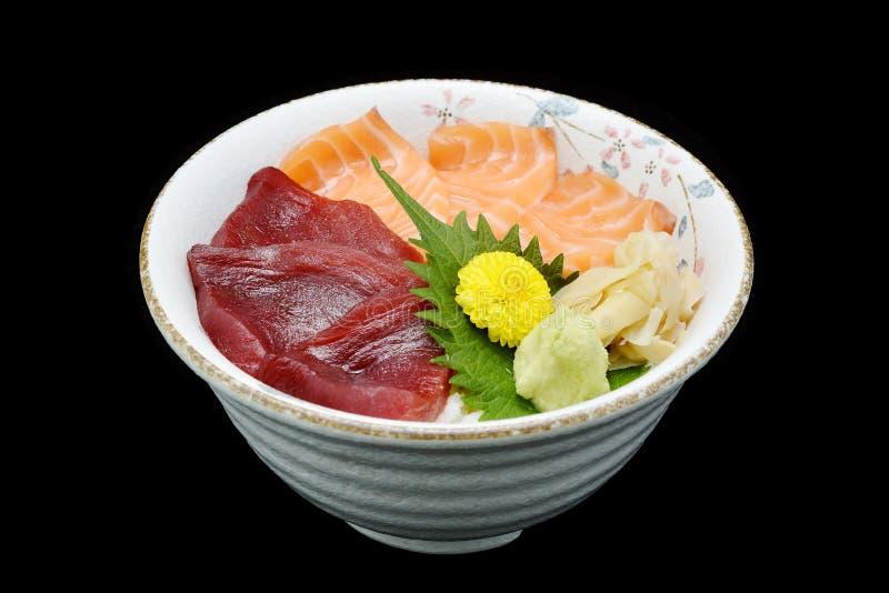 Lax- och Tuna Chirashi sashimi av den nya rå laxfisken och tonfiskfisken på ris av den japanska traditionsmatrestaurangen fotografering för bildbyråer