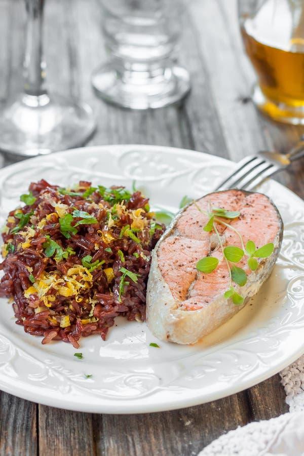 Laxbiff med röda ris royaltyfri foto