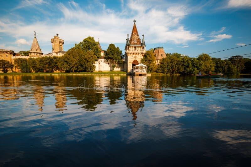 Laxenburg-slott (Franzensburg) nära Wien (Österrike) med sjön i förgrunden arkivbilder