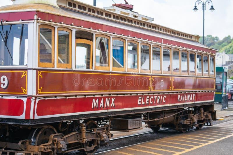 Laxey,曼岛,2019年6月15日 马恩岛的电铁路是连接道格拉斯,Laxey的一条电城市间的电车轨道和 免版税库存照片