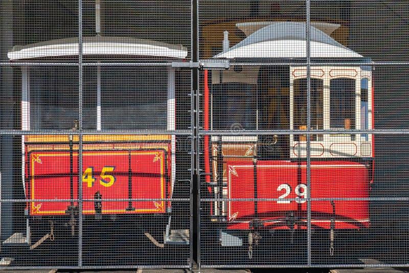 Laxey,曼岛,2019年6月15日 马恩岛的电铁路是连接道格拉斯,Laxey的一条电城市间的电车轨道和 免版税库存图片