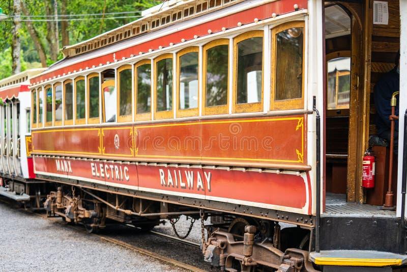 Laxey, ilha do homem, o 15 de junho de 2019 A estrada de ferro elétrica Manx é um bonde interurban elétrico que conecta Douglas,  imagem de stock royalty free