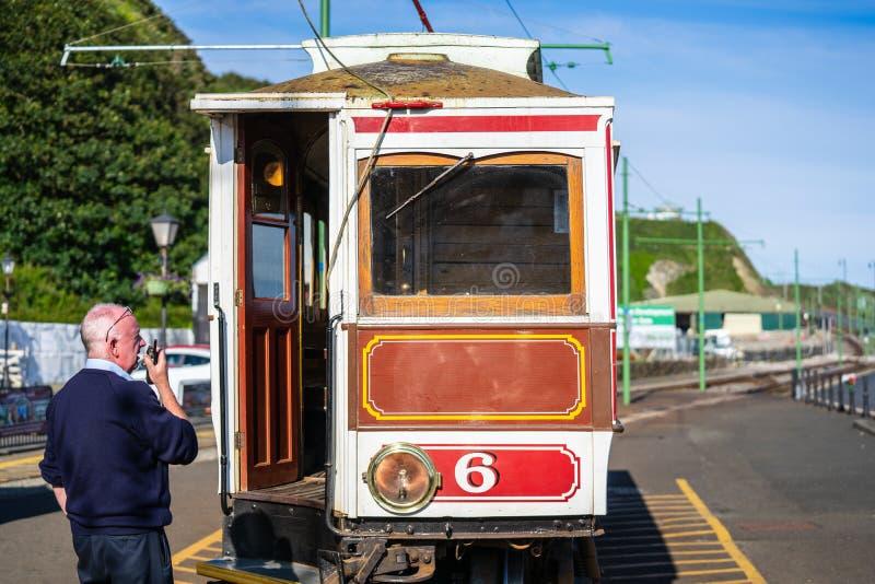 Laxey, ilha do homem, o 15 de junho de 2019 A estrada de ferro elétrica Manx é um bonde interurban elétrico que conecta Douglas,  imagem de stock