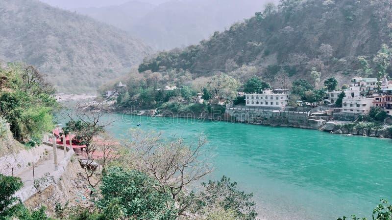 Laxman Jhula bro i Rishikesh, Indien arkivfoton