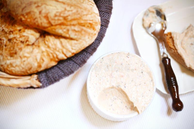 Laxostspridning med bröd, mellanmålet eller frukosten royaltyfri foto