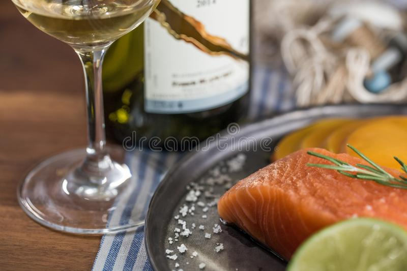 Laxplatta med exponeringsglas för vitt vin arkivfoto