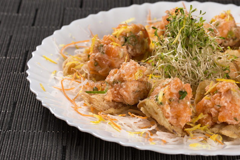 Laxsashimi med japanskt mayonese som tjänas som som en apetizer royaltyfria foton