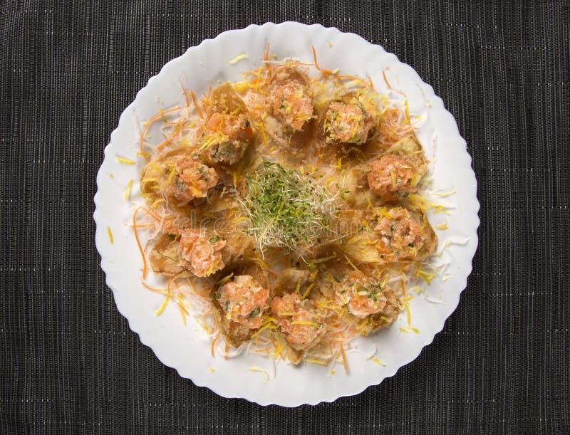 Laxsashimi med japanskt mayonese som tjänas som som en apetizer arkivfoton