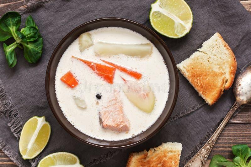 Laxsoppa med potatisar, morötter, kräm Skandinav norsk fisksoppa på en lantlig träbakgrund närbild bästa sikt royaltyfri bild