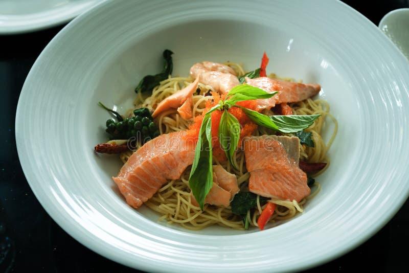 Laxspagetti, rökt lax och räkaägg med den kryddiga thailändska örten Hemmet gjorde mat Begrepp för ett smakligt och sunt mål som  fotografering för bildbyråer