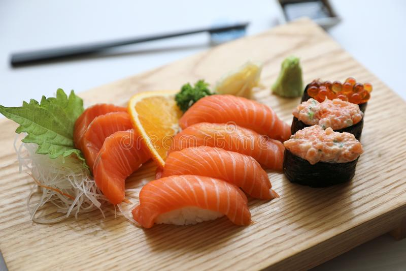 Laxsushi och sashimi på träplattan, japansk mat arkivbild
