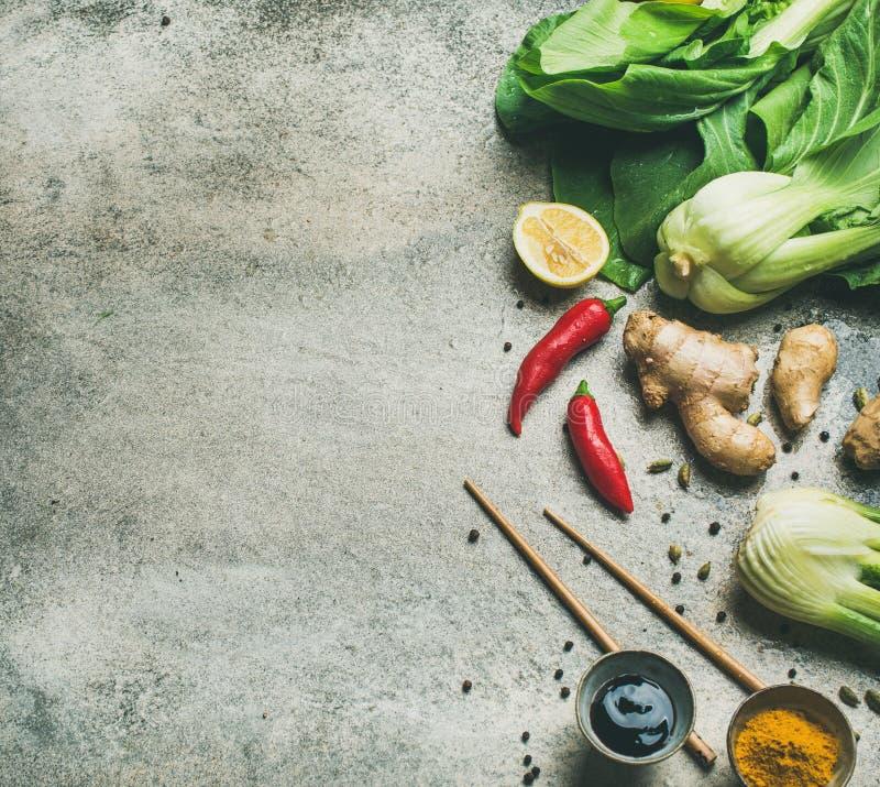 Lay Azjatyccy kuchnia składniki nad popielatym betonowym tłem zdjęcie stock