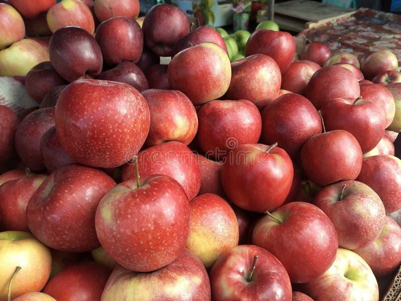 Lay-out van rode appelen op de markt van de landbouwer, de herfstoogst stock foto's