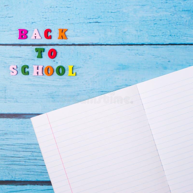 Lay-out van schoollevering op een blauwe houten achtergrond De mening vanaf de bovenkant Terug naar School Vlak leg stock foto