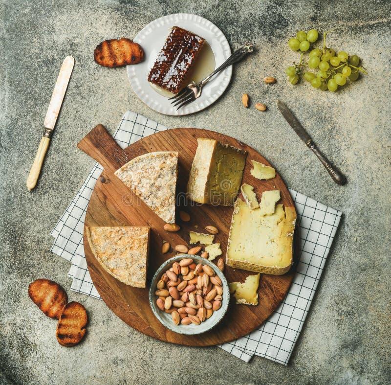 Lay serowy półmisek z serowym asortymentem i przekąskami zdjęcia stock