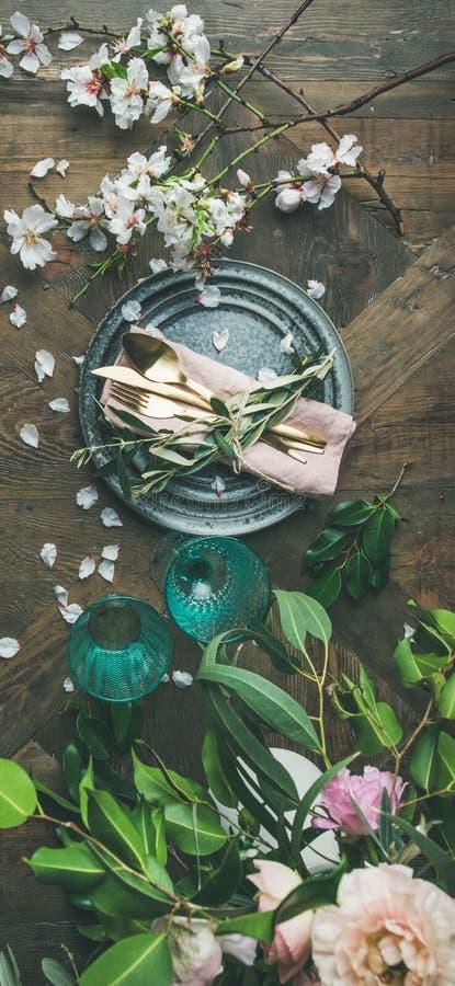 Lay Stołowy położenie z wiosną kwitnie, pionowo skład zdjęcia stock