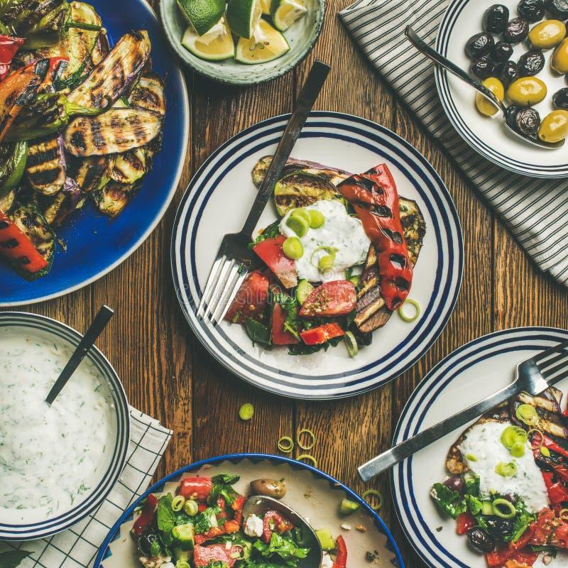 Lay zdrowy obiadowego stołu położenie z sałatką i przekąskami fotografia royalty free
