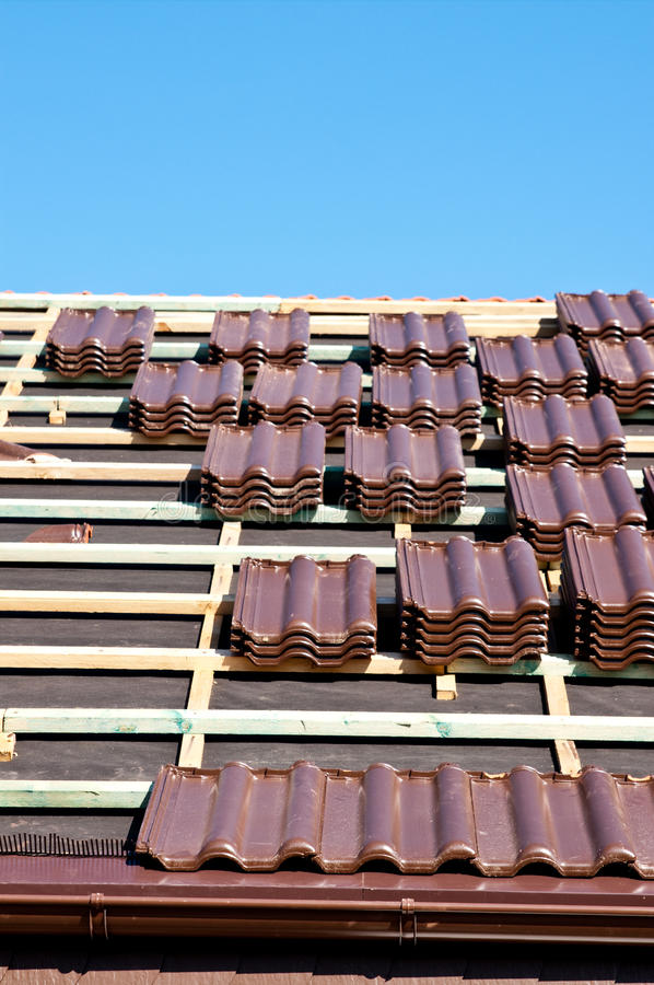 Download Laying Tiles On Roof Royalty Free Stock Photo - Image: 21301625
